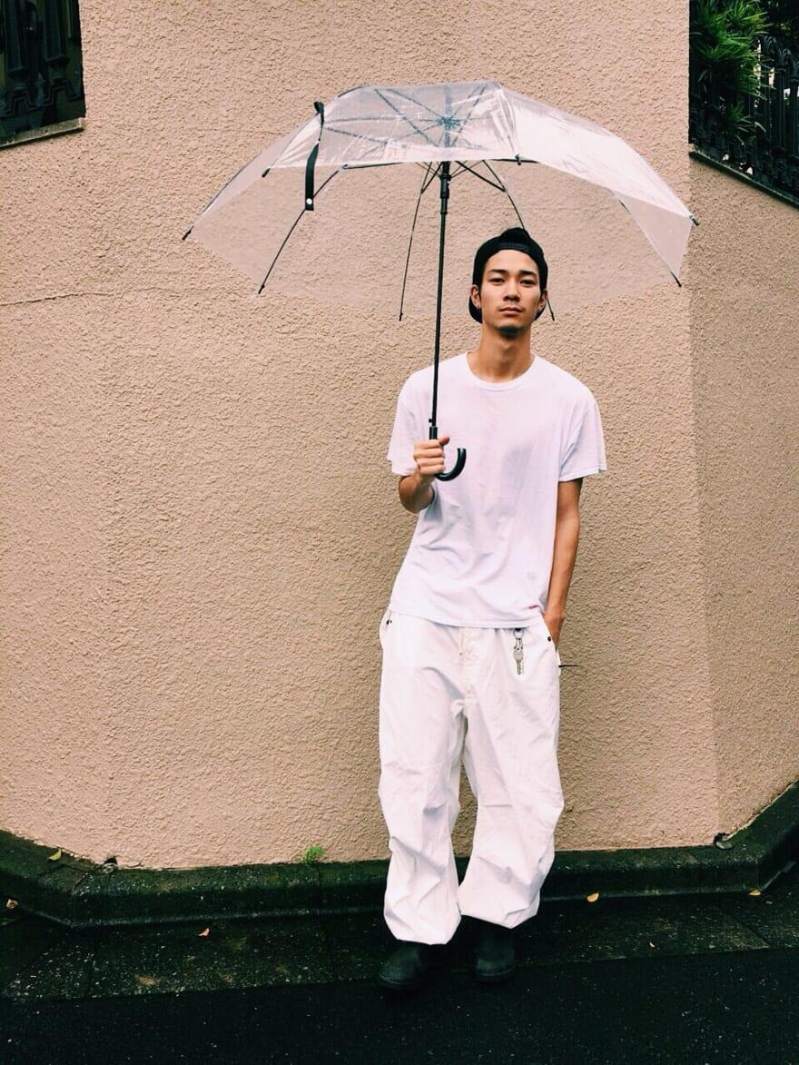 雨にまつわるいい思い出は、大学時代に雨の中を傘さして帰っていたら、当時気になっていた女子が後ろから走って割り込んできて、「しょうがないなぁ(照)」って相合傘して駅まで帰ったことくらいです(笑)。ちなみにビニル傘は65cmの大きさだと肩がはみ出て濡れるので、70cmのデカイやつを探して買っています。