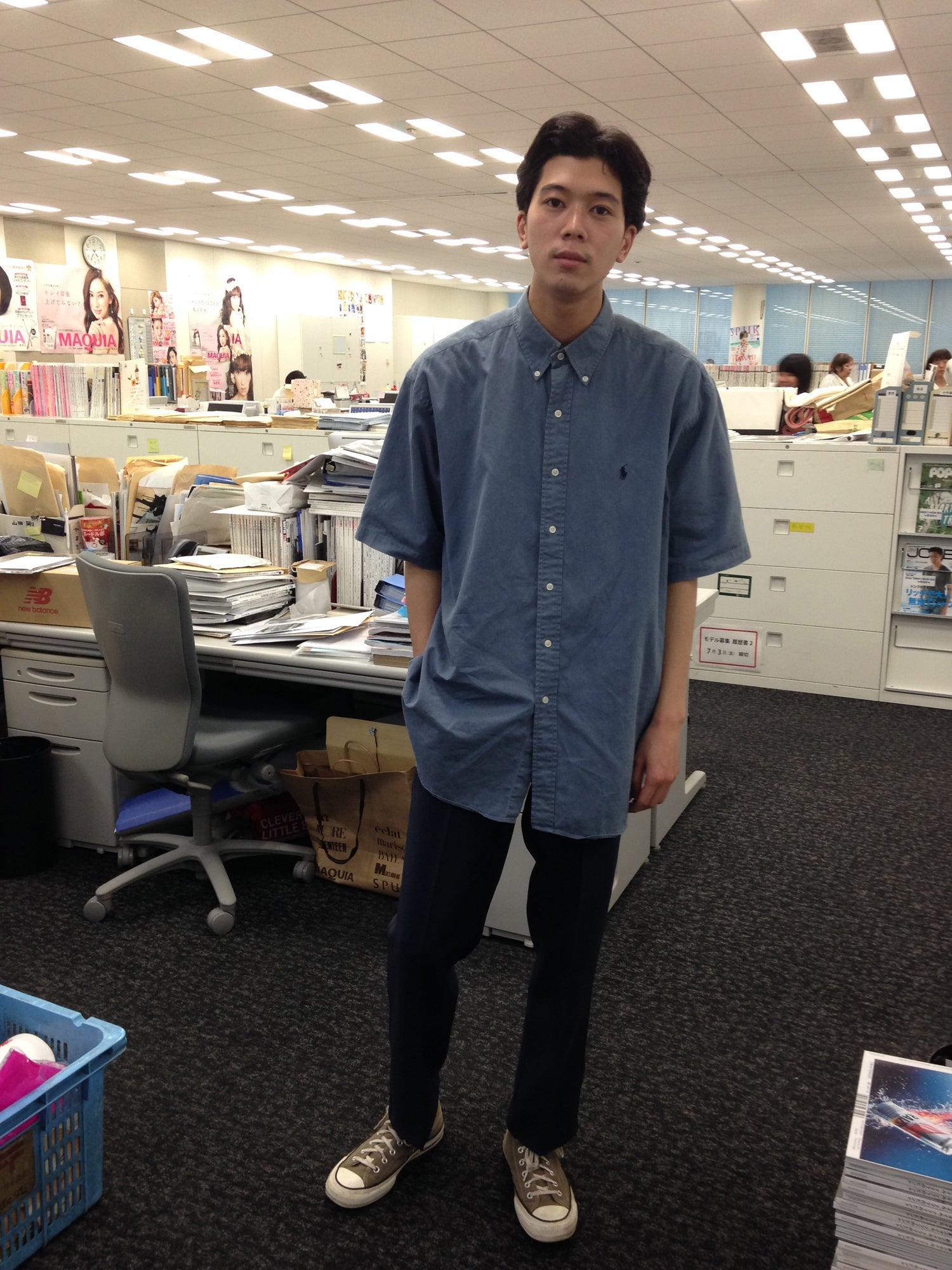 トレンドは自分にはあまり関係なく、もともと大きめのトップスは好きなので、今日のシャツもビッグサイズです。パンツは山本寛斎さんがデザインされた作業着で、「カンサイユニフォーム」という知る人ぞ知るブランドです。脚を180度開脚しても破れないですし、シルエットも奇麗。現場の設営や私服でも重宝しています。