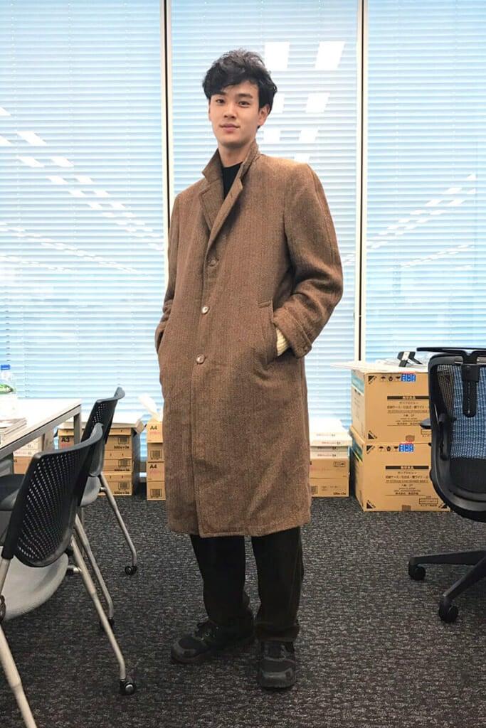 大人っぽいツイードのコート。スニーカーは「メレル」です!