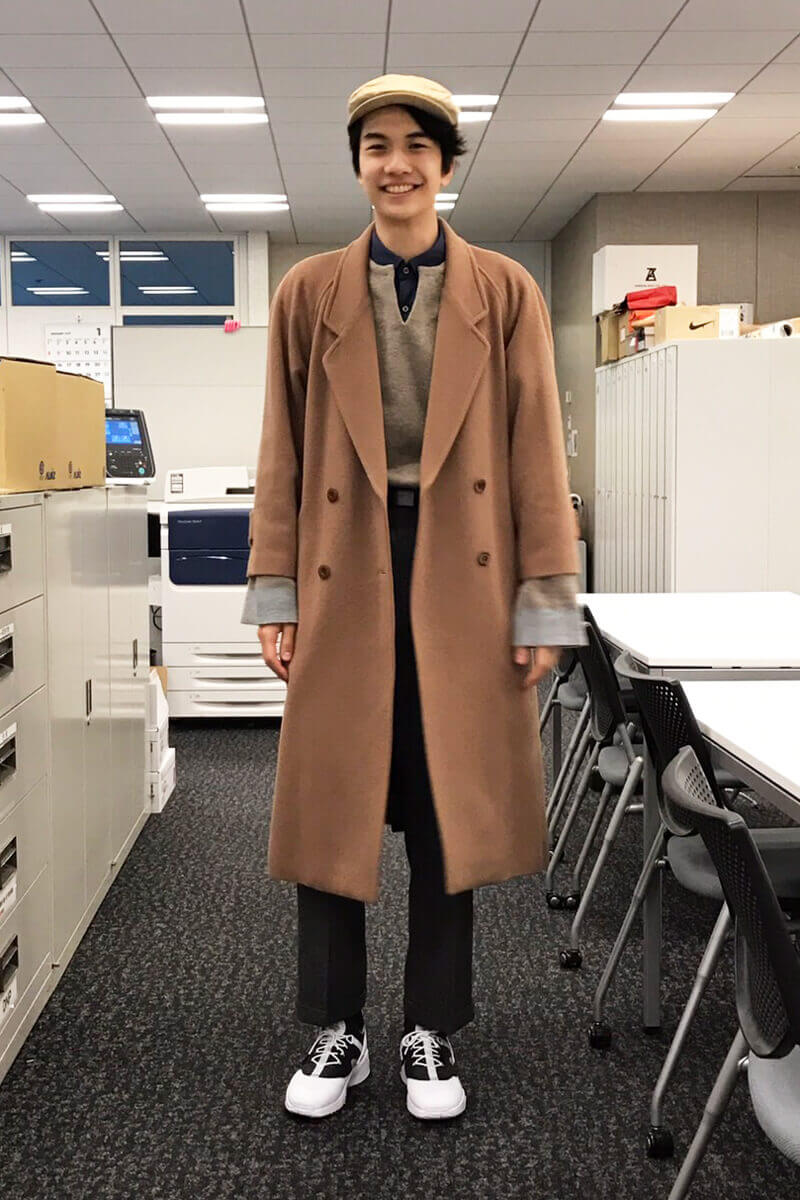 コートとパンツは古着、ニットは「クレプスキュール」です。