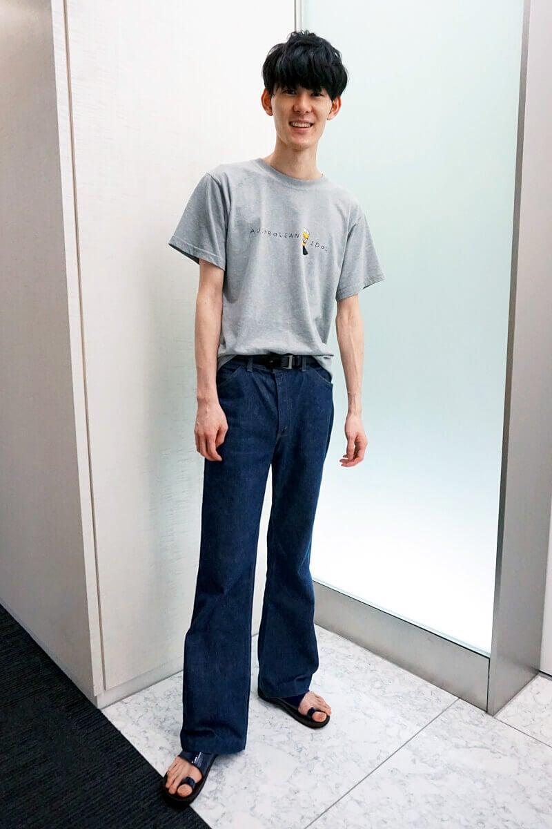 Tシャツ+ジーンズ。フレアデニムとレザーサンダルが個性です!