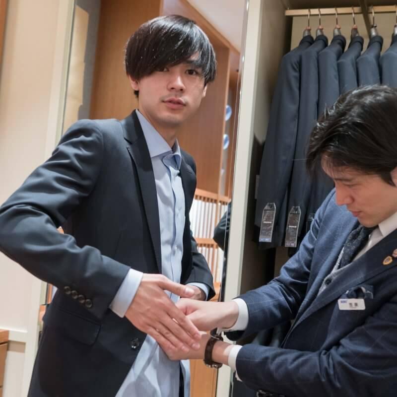 「そんなところも測るんですか!?」成田凌がスーツのオーダーを体験