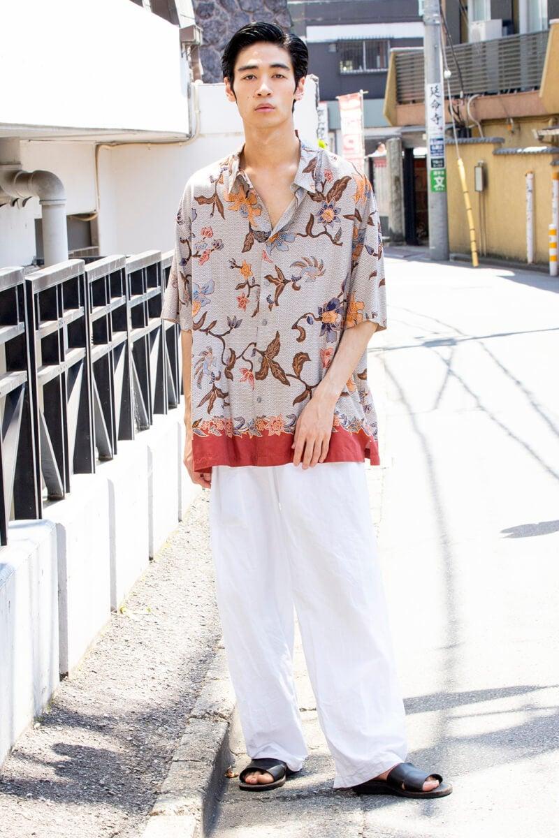 総柄 × 白パンツ=これぞ夏! なコーディネート