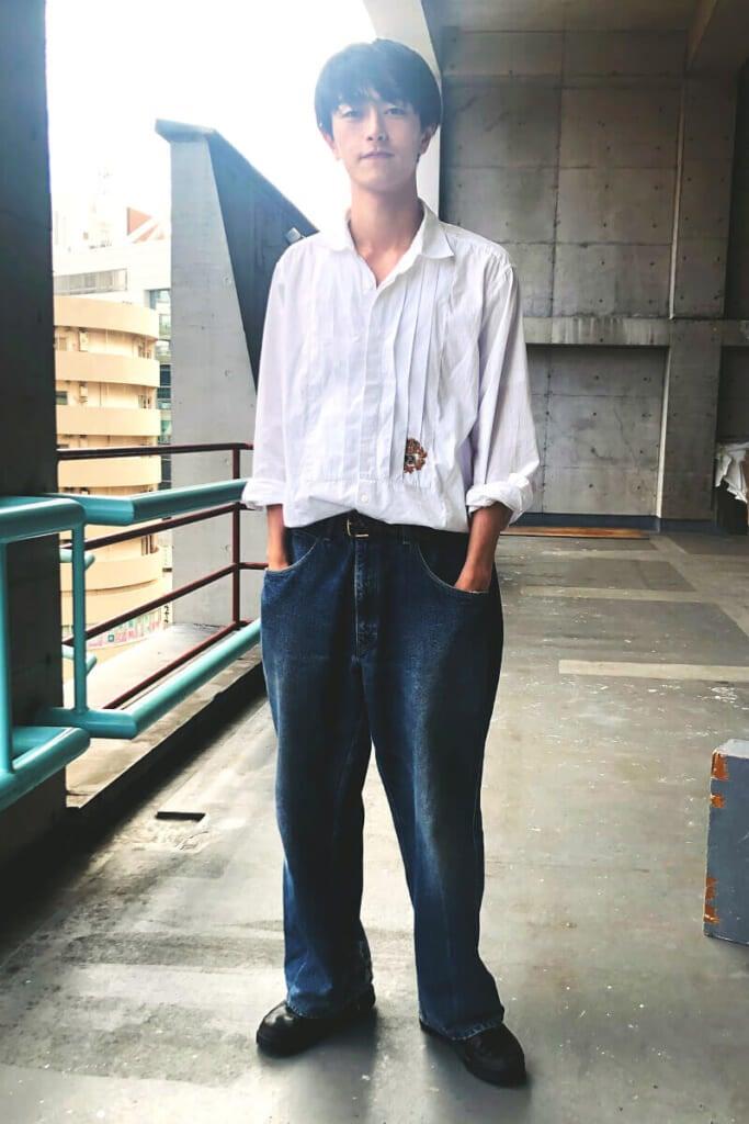 おもしろいデザインのシャツ+ジーンズ
