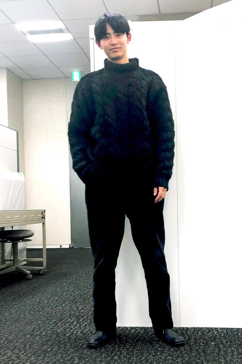 私服の初披露は、オールブラックコーデです