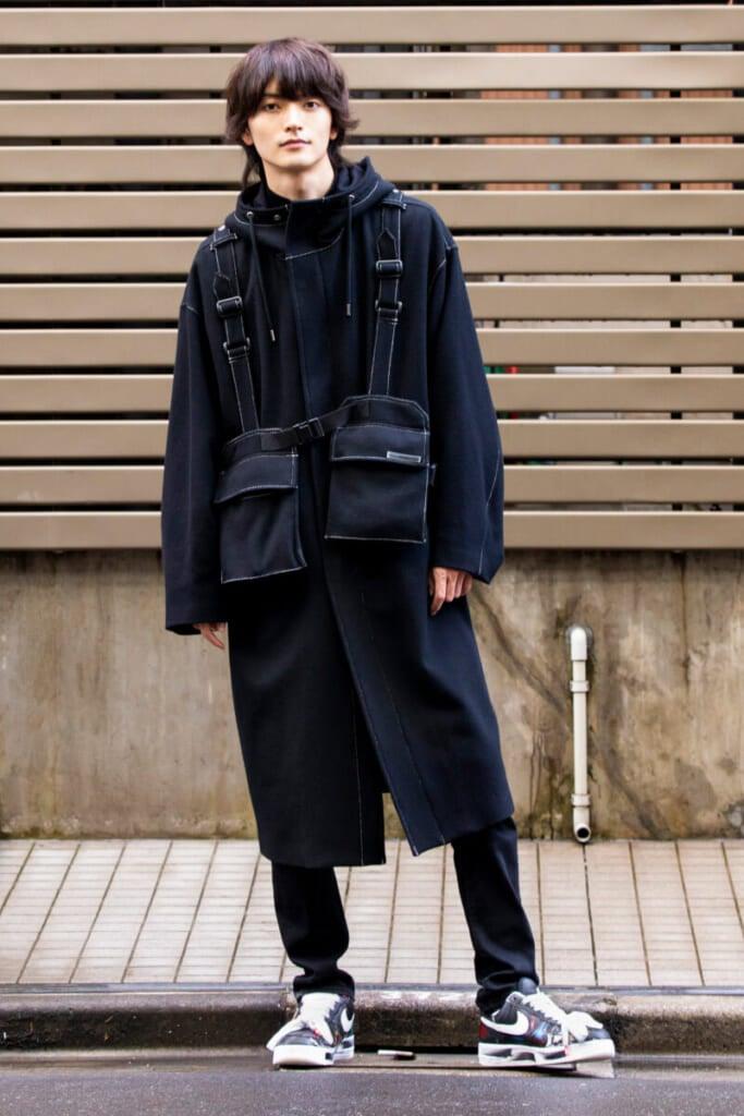 ポケット付きのデザインが面白いコートが主役!