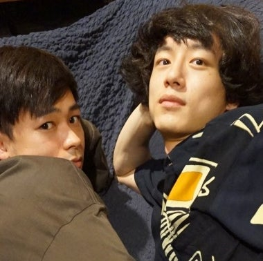 坂口健太郎&成田 凌、寝転がっての「365 STYLE」笑!