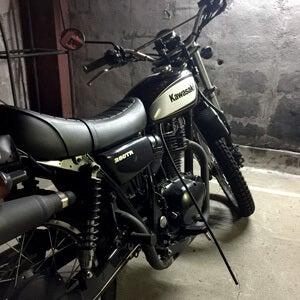 通学に乗っているバイク。ある日、車体から謎のチューブが!