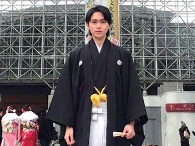 金沢の「鼓門」で記念撮影! 袴姿で成人式に参加しました