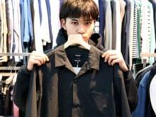開衿シャツのオールブラックコーデを、中田圭祐が着こなす!