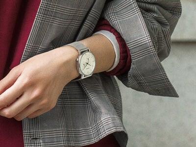 「KOMONO」の定番ウオッチでつくる、4つの時計スタイル