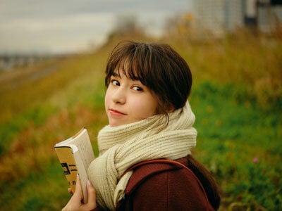 カルチャー女子・松木エレナさんと河原でしっとり読書デート