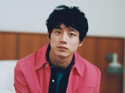 坂口健太郎、花色の装い。撮影オフショットムービーを公開!