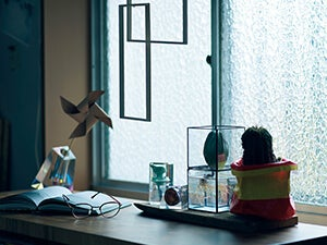 一人暮らしのインテリア。窓辺をおしゃれに飾るアイテム&アイデア