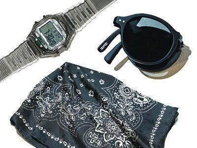 時計もスカーフも! 初夏のシンプルコーデに差がつく黒小物5選