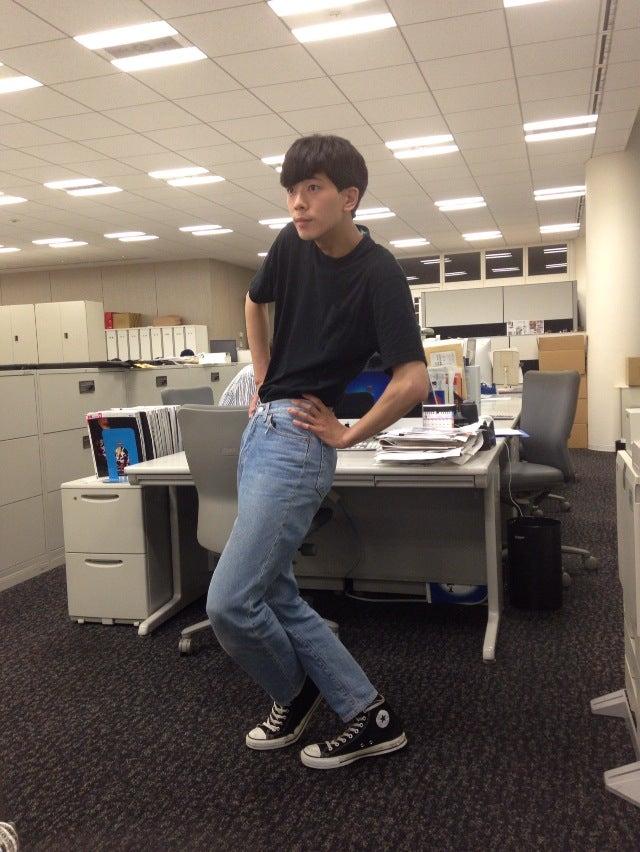 「Y崎さんとの打ち合わせでTシャツをインして編集部に来ました。モデル仲間の柳(俊太郎)くんに、80年代の日本映画『狂い咲きサンダーロード』(編集部注/監督・脚本:石井聰亙 / 出演者:山田辰夫 / 音楽:泉谷しげる / 1980年)を勧めてもらって観たんですけど、けっこう衝撃で。それからずっとTシャツをパンツにインする着こなしが気になってますね。」