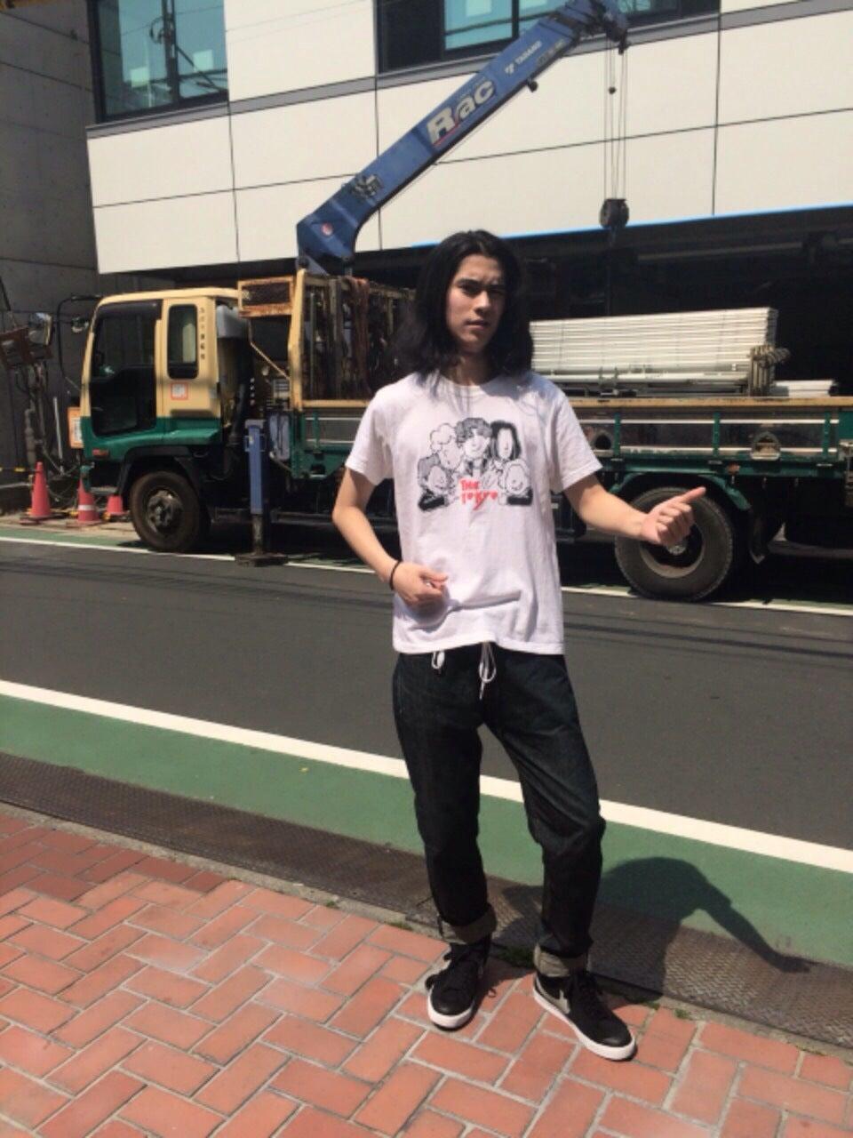 ついに、Tシャツ1枚の季節になりました。このバンドTシャツは、兒玉太智さんが所属する「ザトーキョー」のライブ会場で買いました。同じ仲間が頑張っている姿を見るとウズウズします。僕もよくバンドマンっぽいね(顔が)と言われるんですが、もっぱらカラオケ専門です(笑)