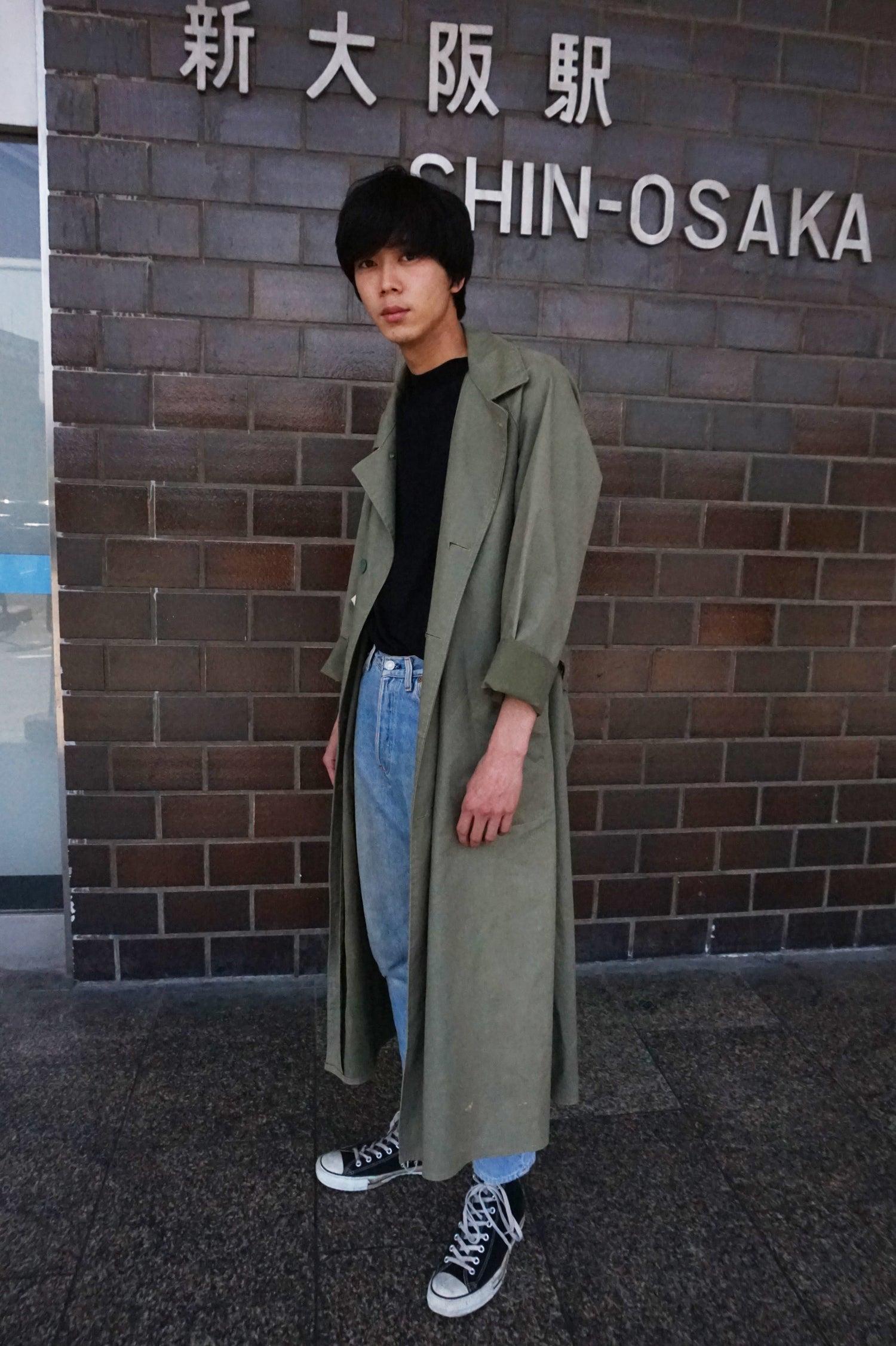 大阪の街の風景に合う洋服は……と思いこのロングコートを選びました。おじさんがハイウエストでタックインをしててさすが大阪だなと思いました。出張の詳細はH條さんのブログで。