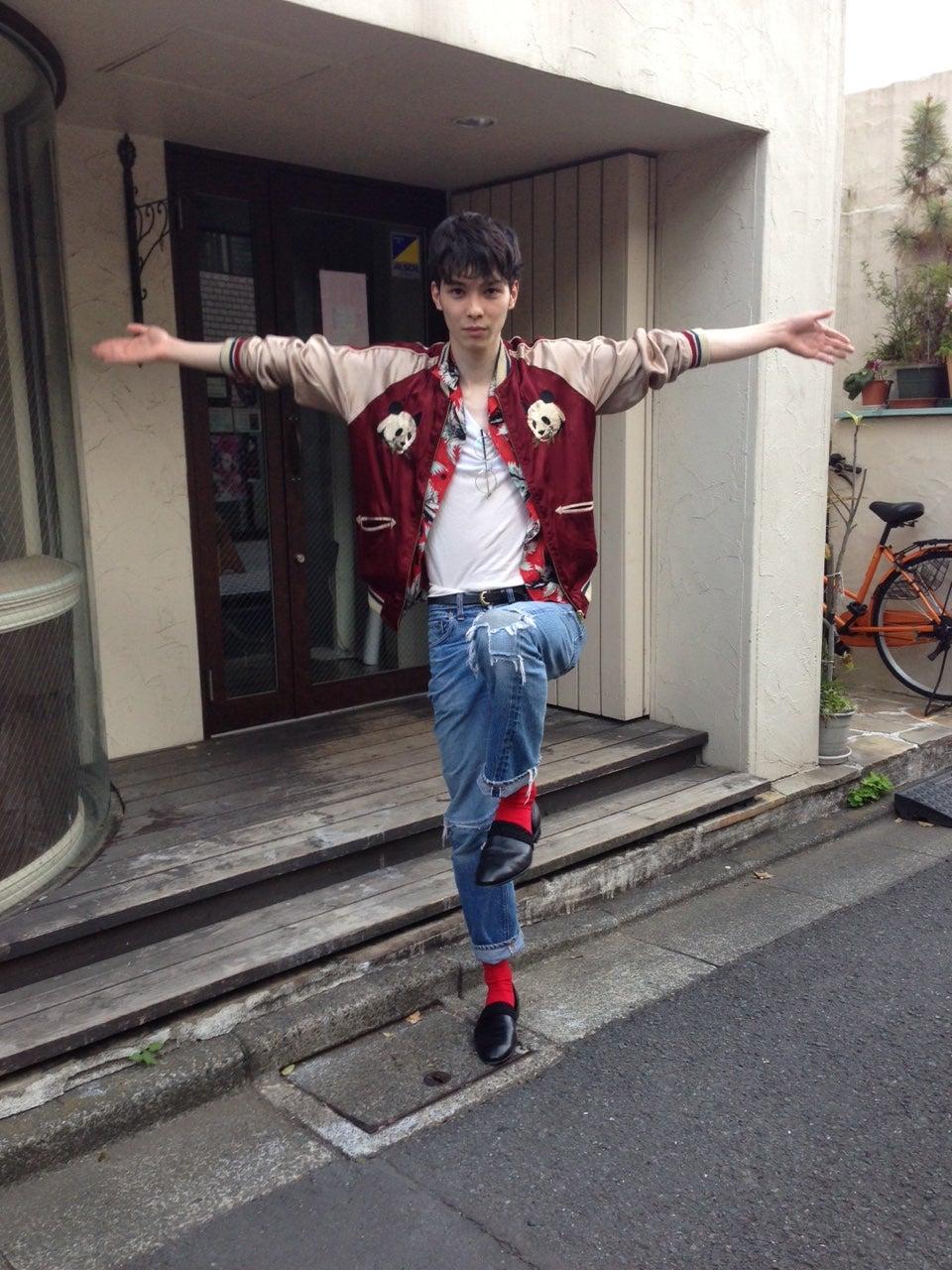 日曜は横浜の赤レンガ倉庫で念願の藤井フミヤさんのライブです。フェスでちょっぴり日焼けして、健康的な肌になれたらいーなーと思っております。ハイブランドと合わせているパンダのスカジャンは、どういうブランドなのかまったく知りません(笑)。こういう出会いがあるから洋服好きはやめられない!