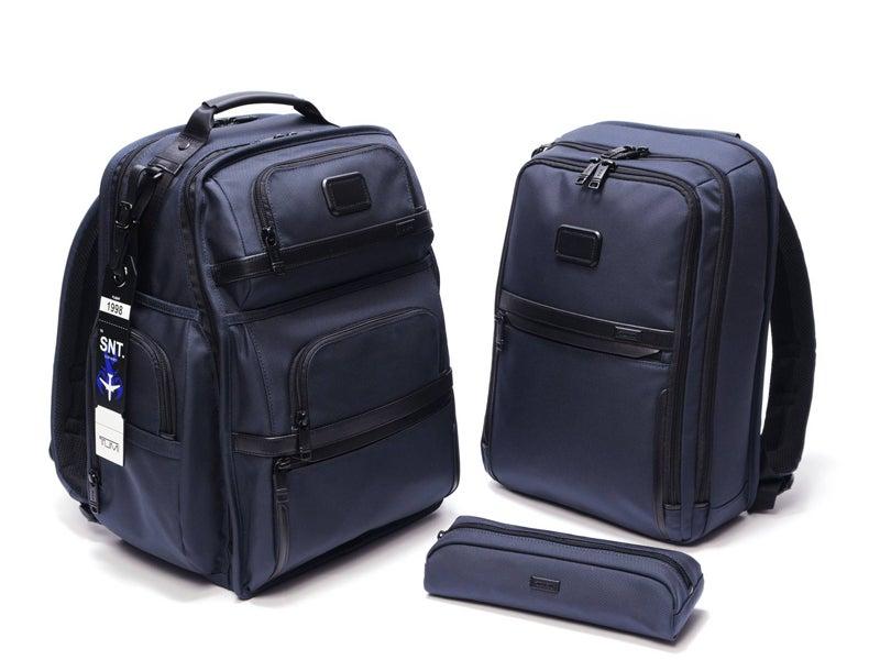 トゥミ×ソフネットのコラボバッグは機能性抜群でネイビーが新鮮!通勤にも最適。