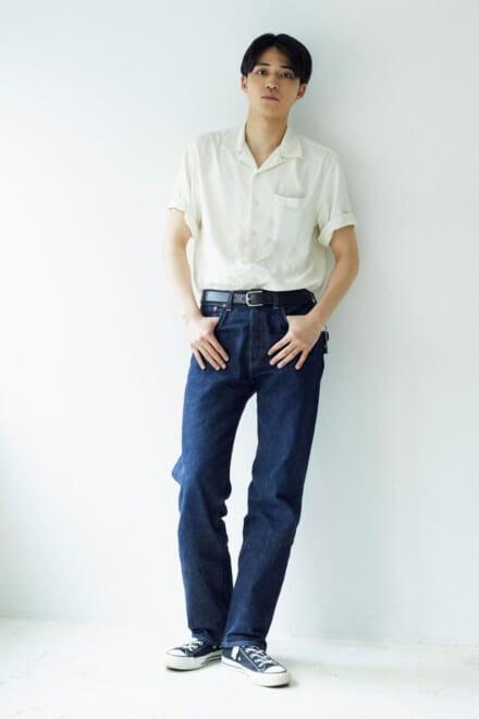 開襟白シャツにリーバイスとコンバースを合わせた王道夏コーデ