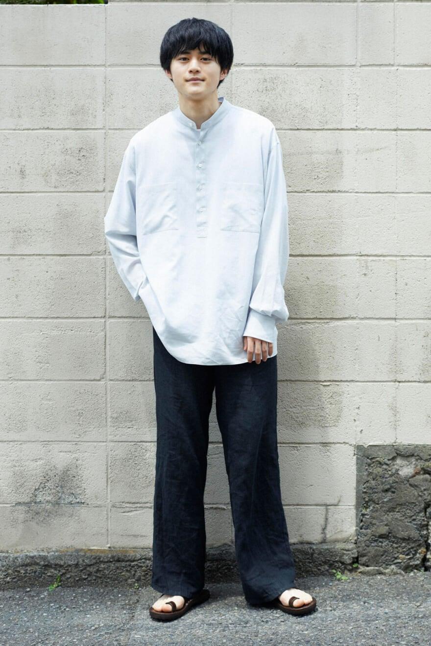 オーラリーの透け水色シャツで、長袖でも爽やかに!
