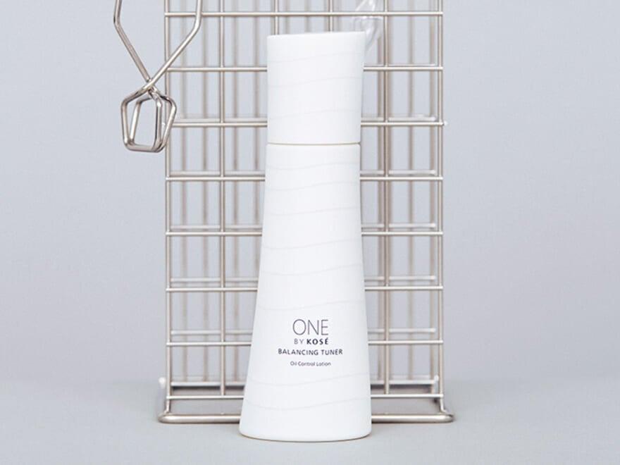 テカリ肌を予防するコーセーの化粧水を、美容初心者の専属モデル鈴鹿央士がお試し