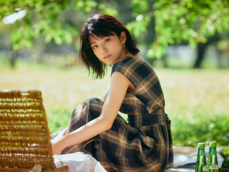 『万引き家族』に出演の蒔田彩珠さんと秋空の下、 ピクニックデートへ!