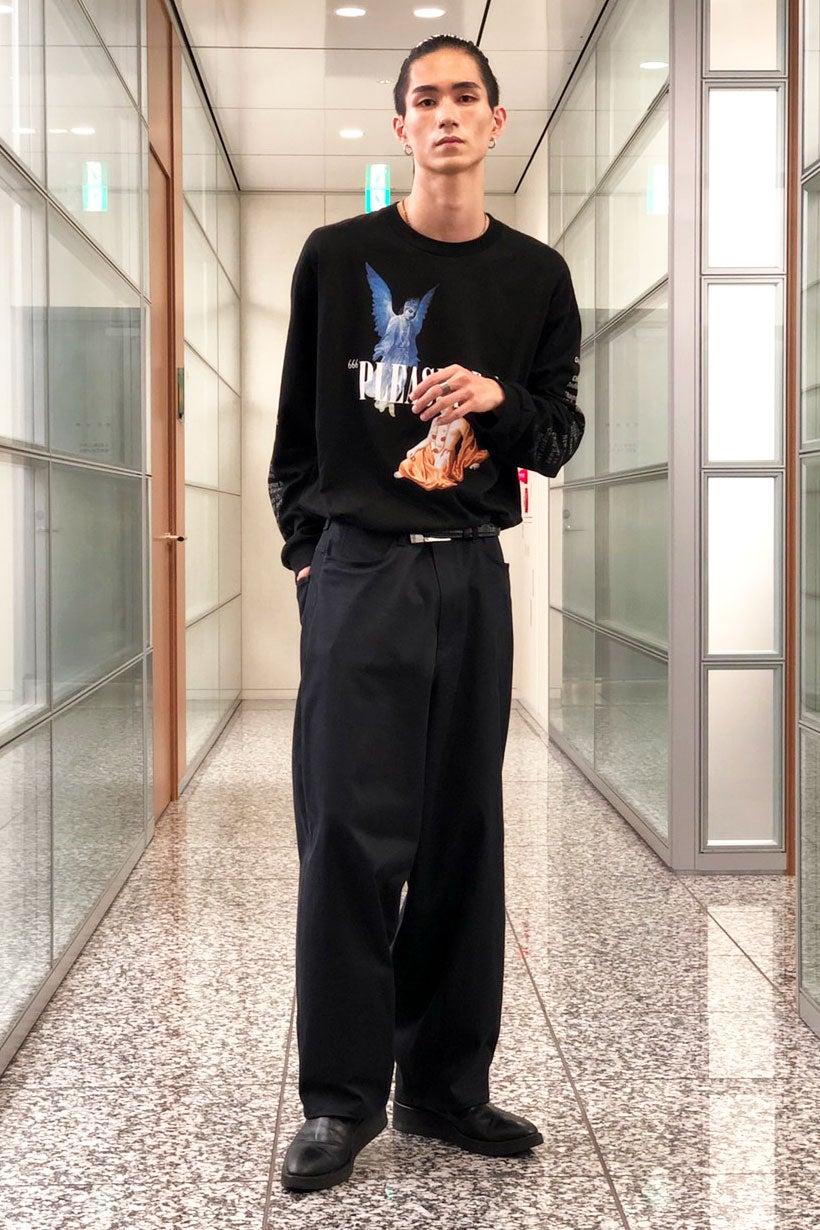 柄と小物使いがポイントな、スタイルよく見える全身黒コーデ!