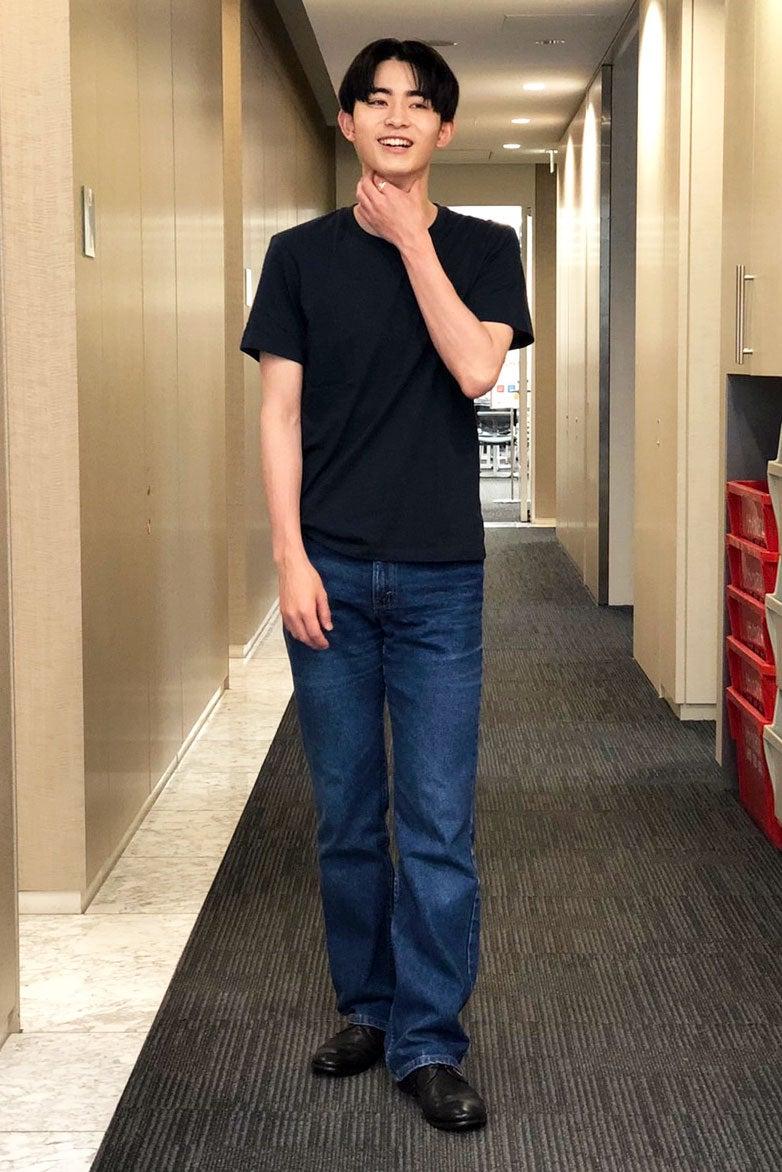 ユニクロの黒無地Tシャツとリーバイスのシンプルコーデが結局最強!
