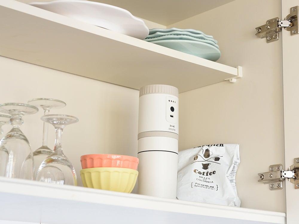 キッチンの収納棚にコーヒーメーカーがコンパクトに収まっている。