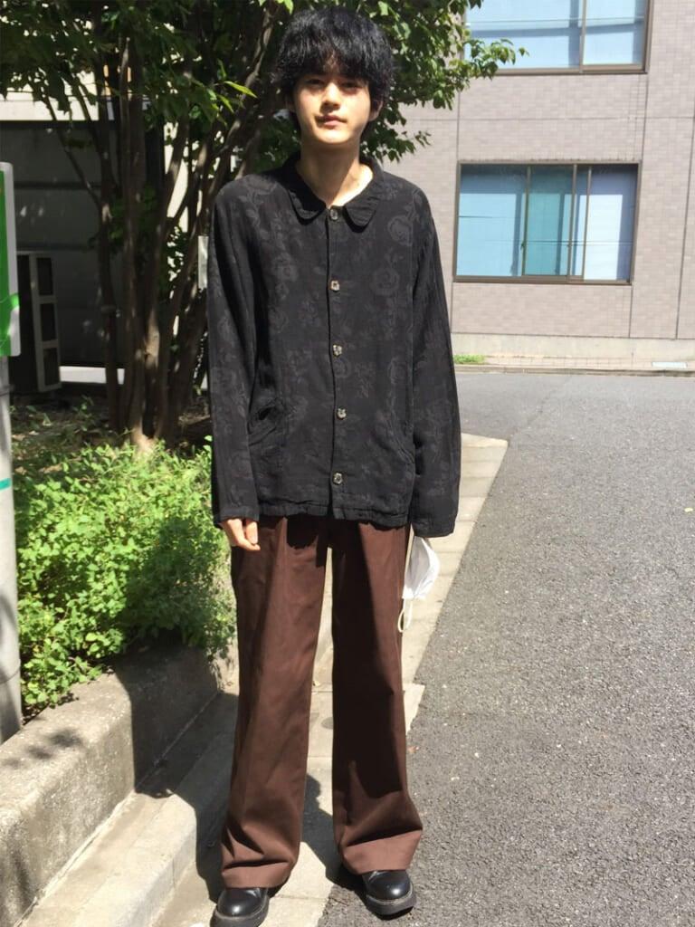写真:花柄のリネンジャケットを着た鈴鹿央士(メンズノンノモデル)
