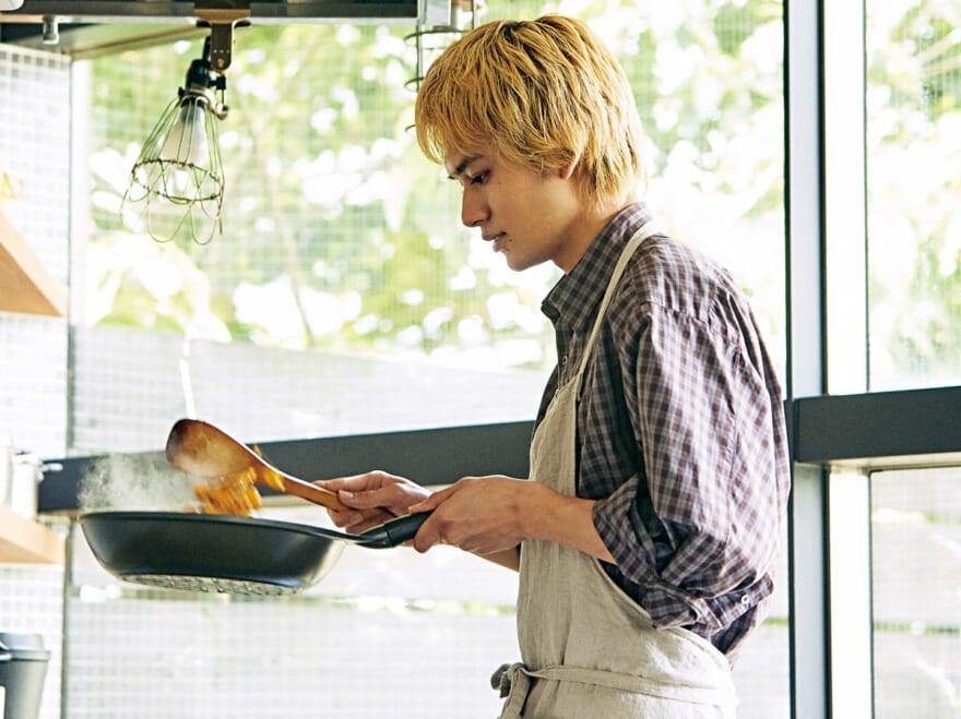 北村匠海が炒飯を作る! メンズノンノ9月号『チルアウトごはん』メイキングムービー
