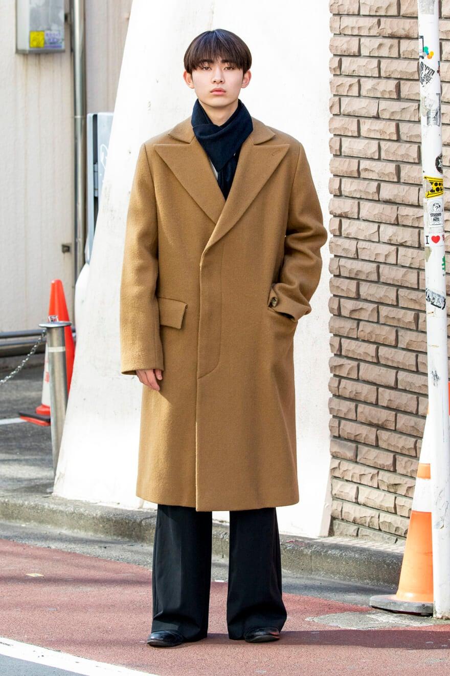 オーラリーのコートにワイドパンツを合わせて、きれいなシルエットに