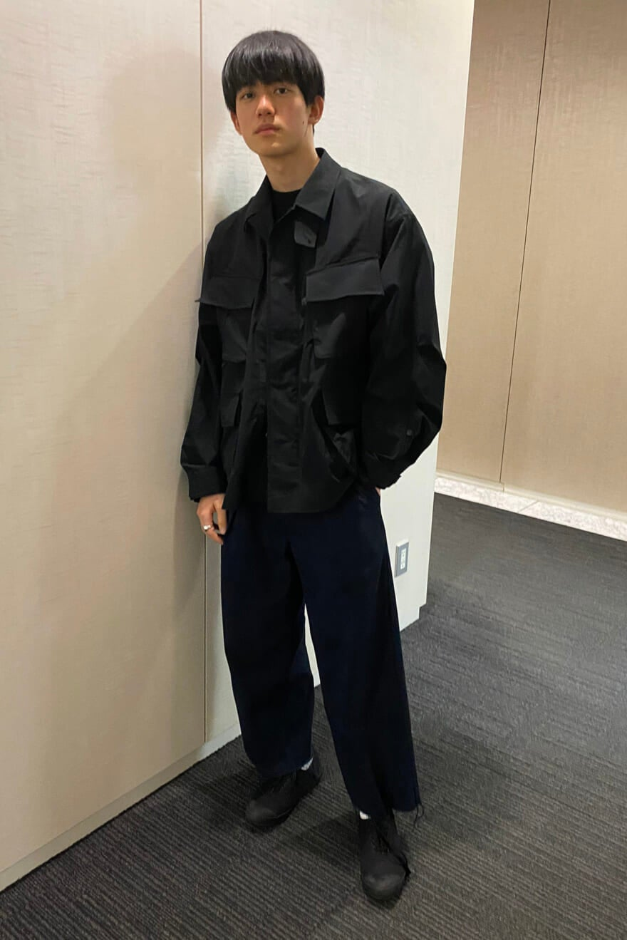 黒のフィッシングジャケットを主役にした、トレンドのアウトドアコーデ!