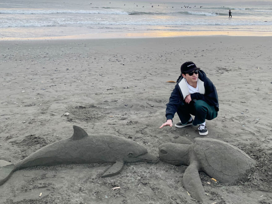 江ノ島の浜辺で、イルカとカメにまさかの遭遇?![中田圭祐ブログ]