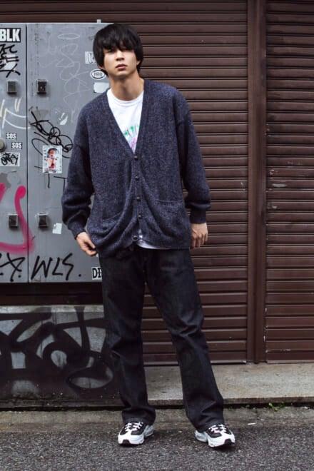 エドウィンのジーンズ+柄トップスに古着カーデを羽織って