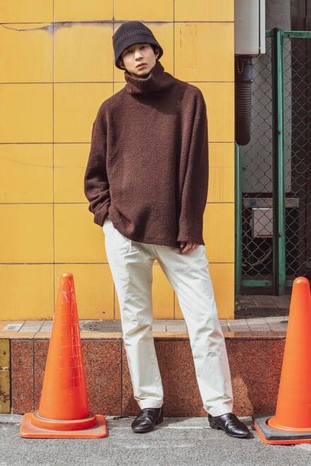 白パンツを投入すると、旬のブラウンコーデが柔らかい印象に!