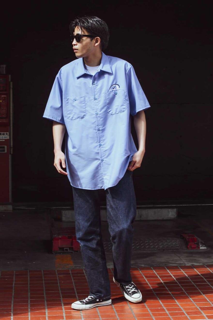 リーバイスのジーンズに淡いブルーのシャツを合わせて、簡単グラデーション!