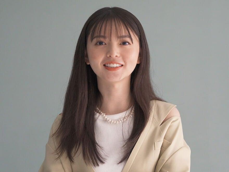 齋藤飛鳥さんのコメント動画が到着! 連載「乃木坂46 齋藤飛鳥の2/her」でペールトーンを着こなす姿をチェック!
