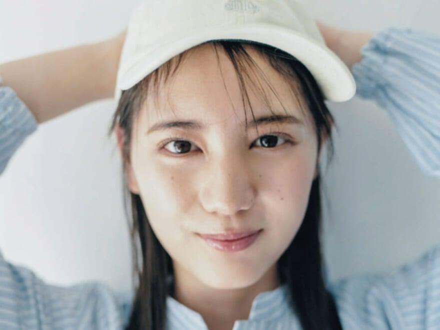 日向坂46・小坂菜緒がキュート&クールに着こなす!  #きみのぼくの夏小物。