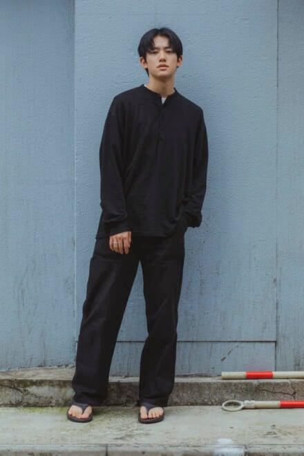 トップスはオーラリー。夏のオールブラックは素材感と小物で軽やかに!