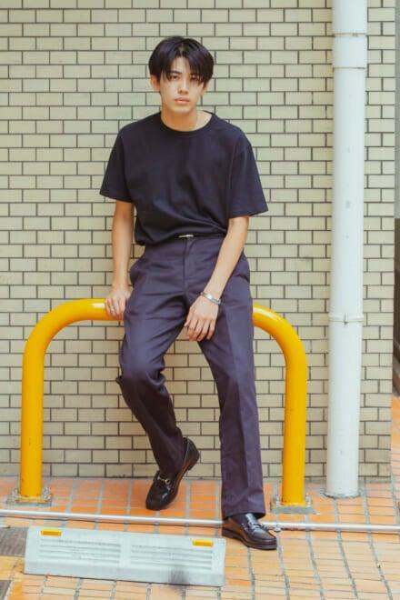 ユニクロ ユーのTシャツを、革靴と合わせて上品ブラックコーデ