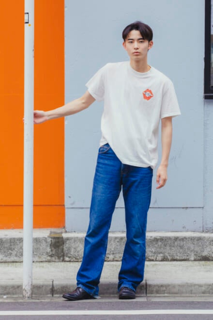 リーバイスの古着デニムを、アイコニックなTシャツでラフに!