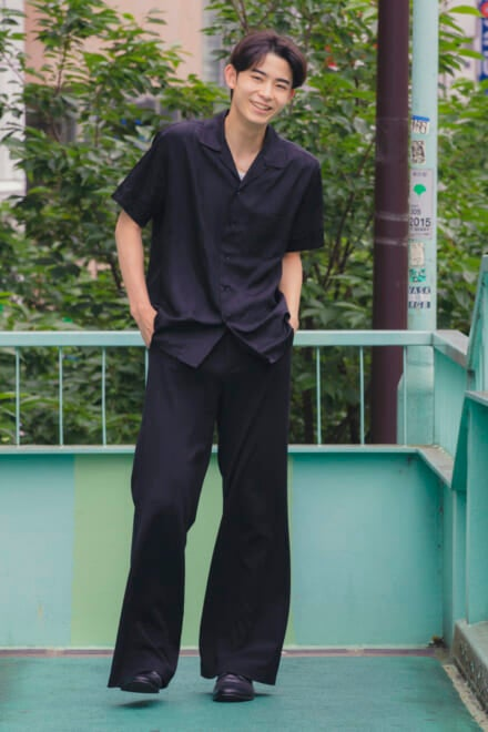 モードなオールブラックは、トーガのシャツを主役に!