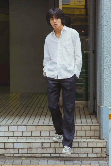 コム デ ギャルソンのシンプルな白シャツを、さらっと着こなす!