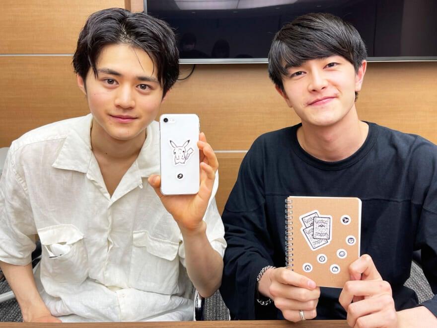 「YU NAGABA × ポケモンカードゲーム」のステッカー付録を、鈴鹿央士&岩上隼也が貼ってみた!