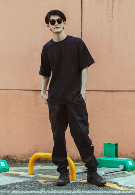 ユニクロ ユーのTシャツ×ナイキのパンツで、マスキュリンな黒コーデ