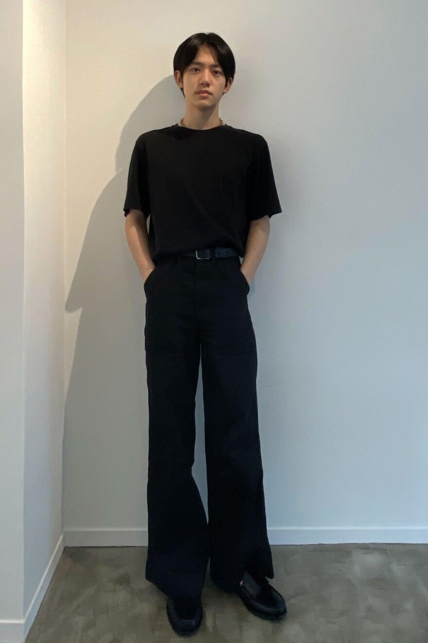 ルメールのワイドパンツにジーエイチバスの革靴。洗練された印象のサマースタイル