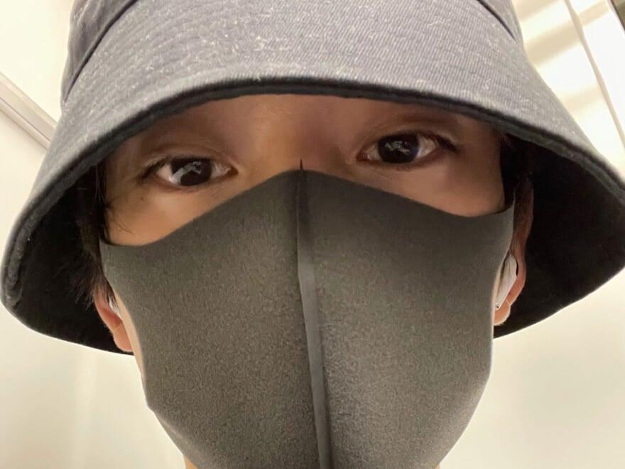 帽子を目深に被り、マスクもして日焼け対策。不審者のよう…?[水沢林太郎ブログ]